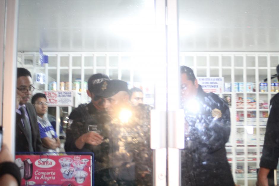 Después de aterrorizar al sector, el guardia es retirado del lugar. (Foto: Alexis Batres/Soy502)