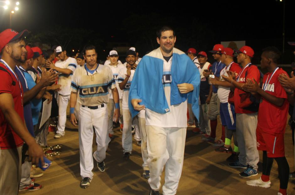 Los canaleros le hicieron pasillo a la selección guatemalteca. (Foto: CDAG)