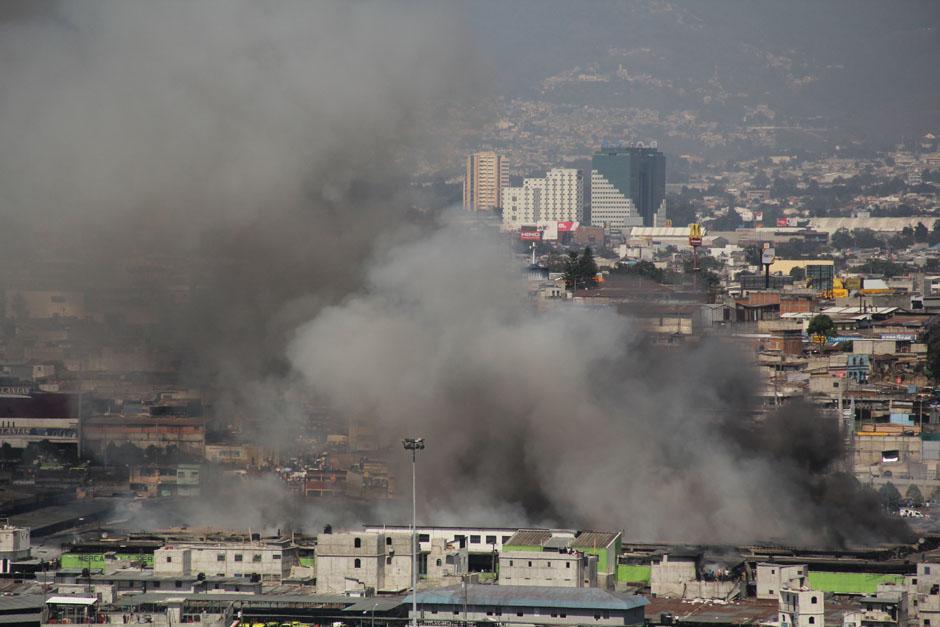 La fotografía es una panorámica de cómo se observa el incendio de La Terminal. (Foto: Alexis Batres/Soy502)