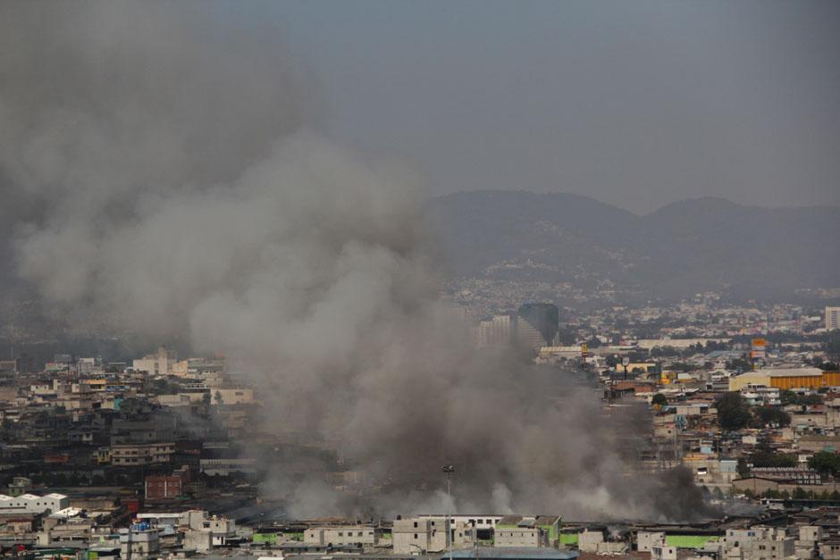 Una panorámica de cómo se observa el incendio de La Terminal. (Foto: Alexis Batres/Soy502)
