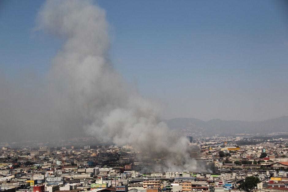 Incendio de grandes proporciones consumen locales de La Terminal. (Foto: Alexis Batres/Soy502)