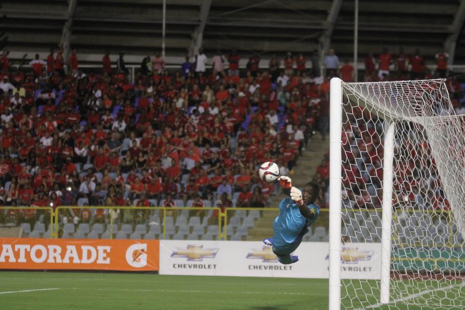 Varias veces probaron al portero de Trinidad y Tobago con varios tiros. (Foto: Luis Barrios/Soy502)