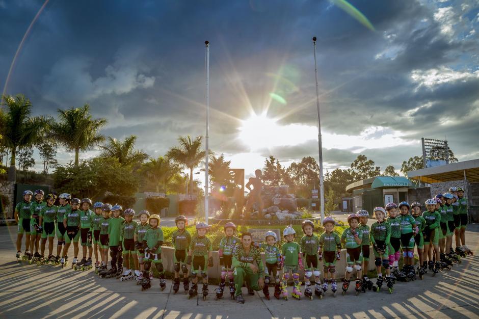 Clases gratuitas de patinaje alegran las tardes de decenas de niños de la ciudad. (Foto: George Rojas/Soy502)