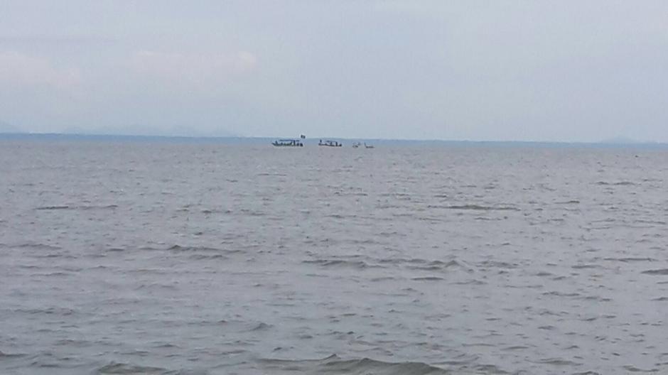 Al fondo se ven las embarcaciones beliceñas que salieron de Punta Gorda camino a la desembocadura. (Foto: Minex)