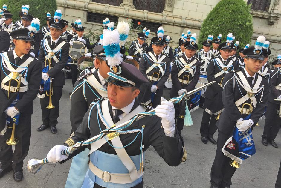 La banda marcial de la Municipalidad animó a las personas a un costado del Palacio Nacional, sobre la sexta avenida