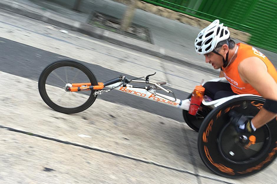 Uno de los competidores con capacidades especiales a su paso por la sexta avenida y sexta calle de la zona 1