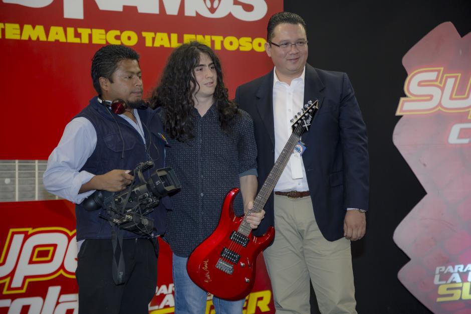 Durante la presentación, Hedras y representantes de Super Cola entregaron tres guitarras autografiadas por el guitarrista a los asistentes del evento.(Foto: George Rojas/Soy502)