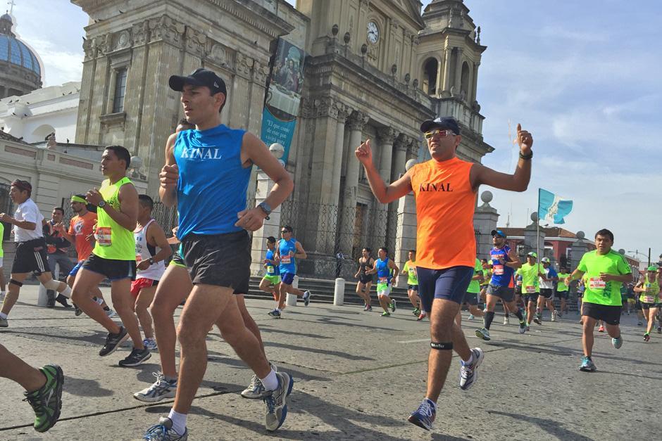 Un corredor levanta los brazos para celebrar durante su recorrido