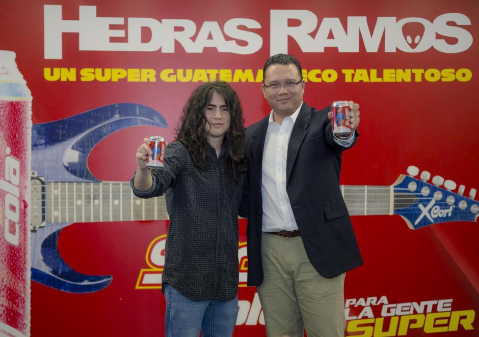 Hedras Ramos junto a Erick Quan, gerente de mercadeo división refrescos Super Cola, muestra la nueva lata.(Foto: George Rojas/Soy502)