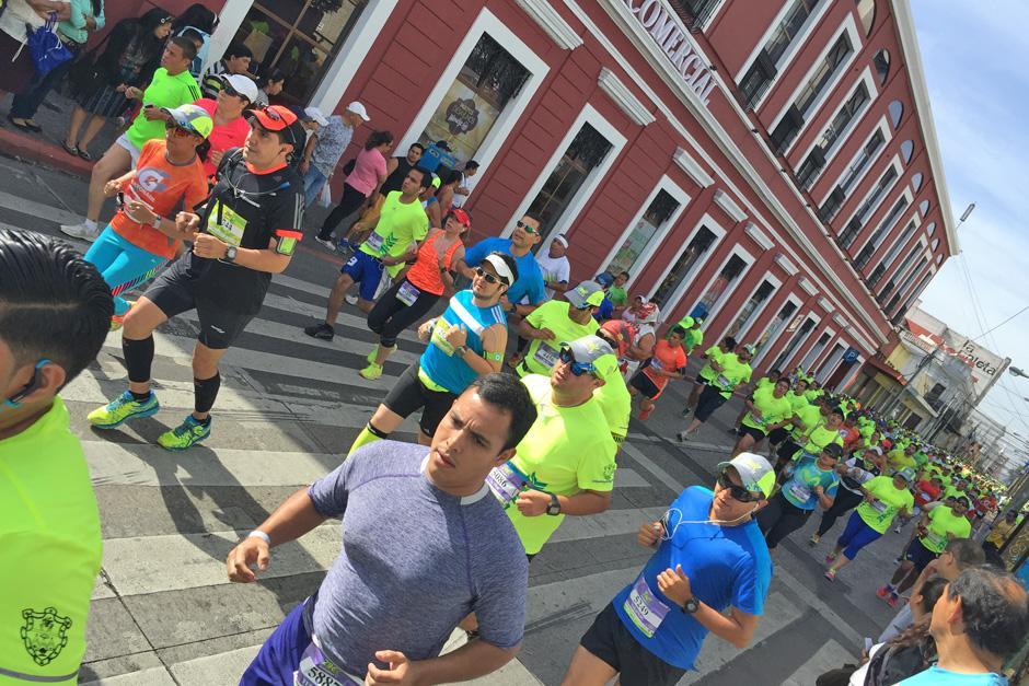 Miles de corredores de la 21K de la Ciudad de Guatemala pasaron por la séptima avenida de la zona 1, rumbo a zona 2