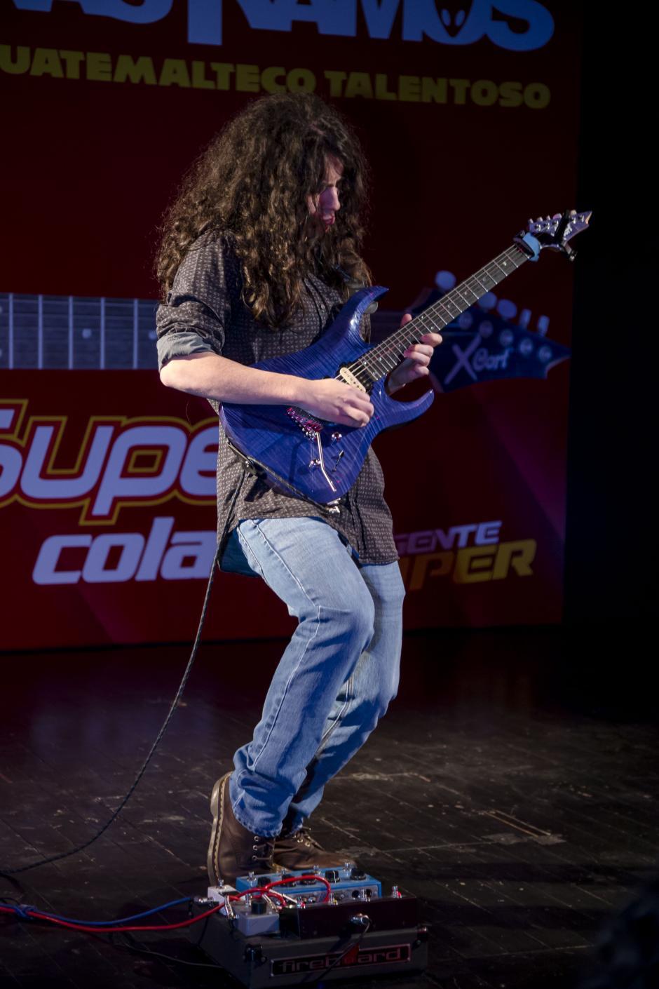Hedras Ramos deleitó a los asistentes con su habilidad para tocar las cuerdas de la guitarra.(Foto: George Rojas/Soy502)