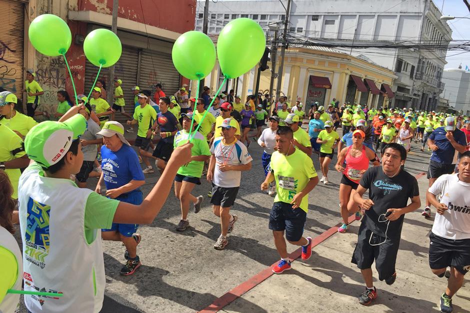Además de los puestos de rehidratación, la Municipalidad regaló globos a loa corredores