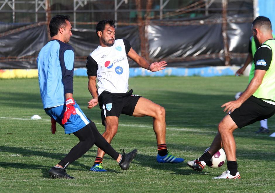 Carlos Ruiz en la práctica en el Proyecto Goal. (Foto: Luis Barrios/Soy502)