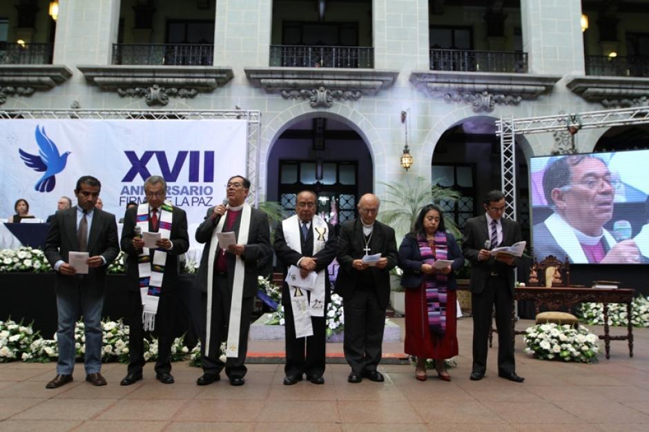 Una oración fue elevada durante la ceremonia de conmemoración del 17 aniversario de la firma de los Acuerdos de Paz por el Consejo Ecuménico, el cual está integrado por representantes de iglesias. (Foto: Ministerio de Cultura y Deportes)