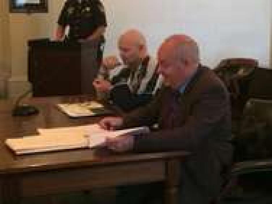 El hombre se encuentra junto a su abogado. (Captura de pantalla: nydailynews)