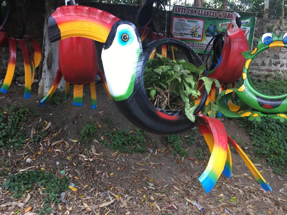 Los maceteros creados por César Augusto Guarcas atraen a los automovilistas que se conducen sobre la ruta de Antigua Guatemala hacia Ciudad Vieja. (Foto: Fredy Hernández/Soy502)