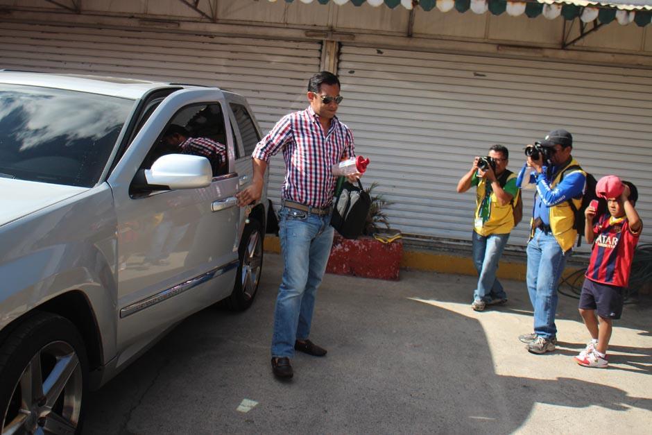 Carlos Ruiz llegó poco después de las 9 de la mañana para iniciar una nueva etapa con los rojos. (José Dávila/Soy502)