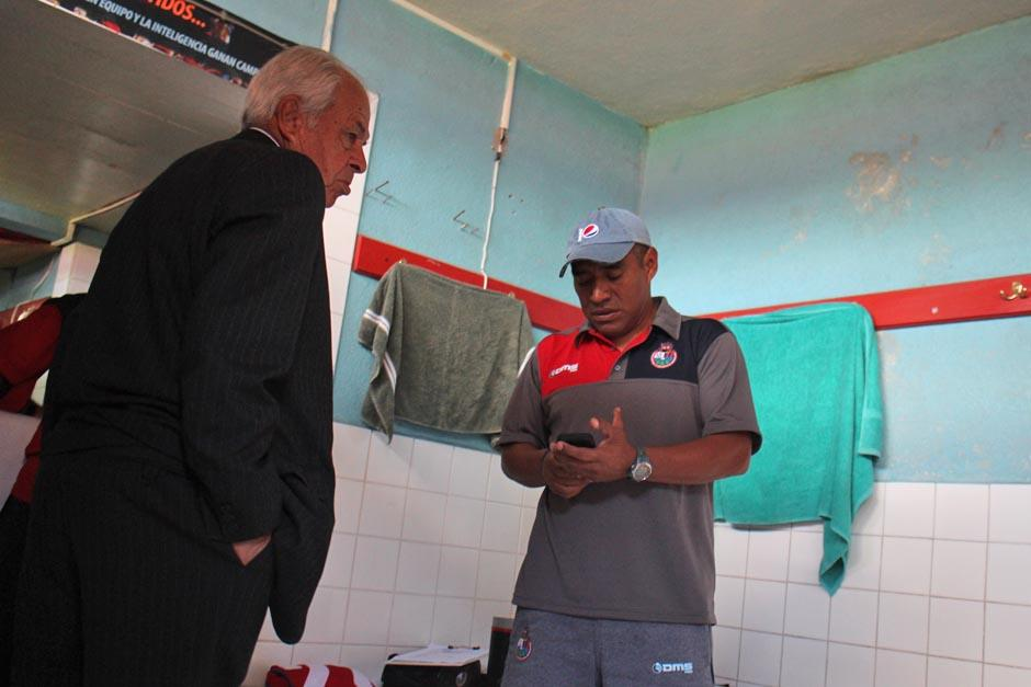 """Aníbal """"el Maño"""" Ruiz y Juan Carlos Plata en los camerinos previo al juego. (Foto: José Dávila/Soy502)"""