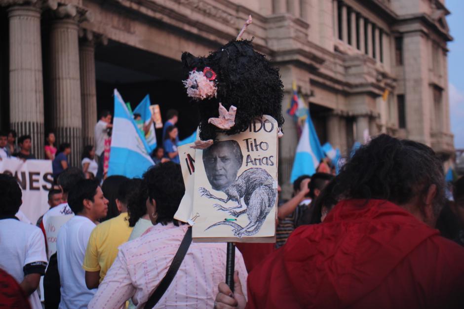 Las consignas contra el presidente Otto Pérez Molina para que deje el cargo fueron las más sonadas de la tarde y noche.(Foto: Alejandro Balán/Soy502)