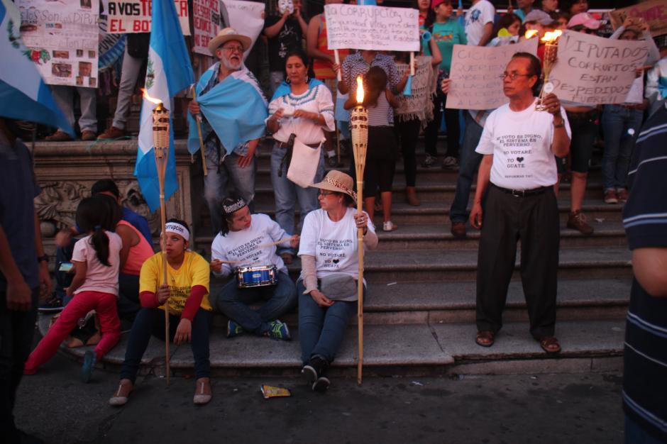Con antorchas y velas, las personas iluminaron la esperanza de los manifestantes.(Foto: Alejandro Balán/Soy502)