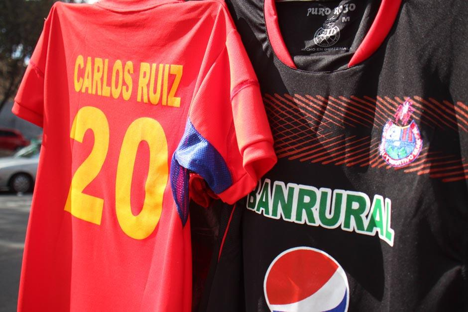 Las camisolas con el número 20 fueron lo más solicitado en las afueras del estadio. (Foto: José Dávila/Soy502)