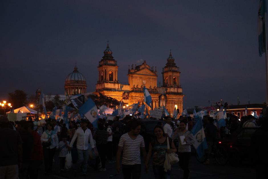 Los guatemaltecos no dejaron que la noche los ahuyentara. Sus exigencias se extendieron por varias horas en la Plaza de la Constitución. (Foto: Alejandro Balán/Soy502)