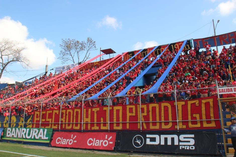 """""""Pescado hijo pródigo"""" se podía leer en una enorme manta colocada por una de las porras del equipo. (Foto: José Dávila/Soy502)"""