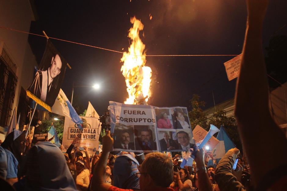 La manifestación se trasladó frente a la Casa Presidencial, donde los manifestantes quemarons dos piñatas que representaban al presidente Otto Pérez y a la exvicepresidenta Roxana Baldetti.(Foto: Alejandro Balán/Soy502)