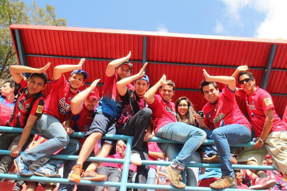 Uno de los gestos particulares de Carlos Ruiz al celebrar fue imitado por varios aficionados en el estadio
