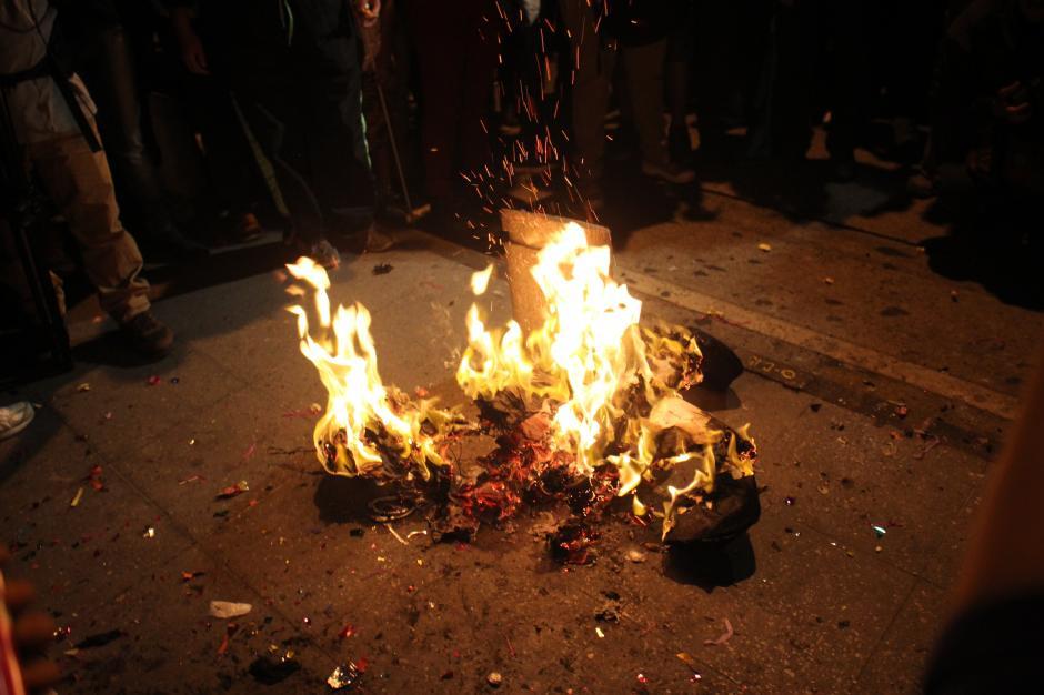 Tras quebrar las piñatas, los manifestantes quemaron los restos de papel.(Foto: Alejandro Balán/Soy502)