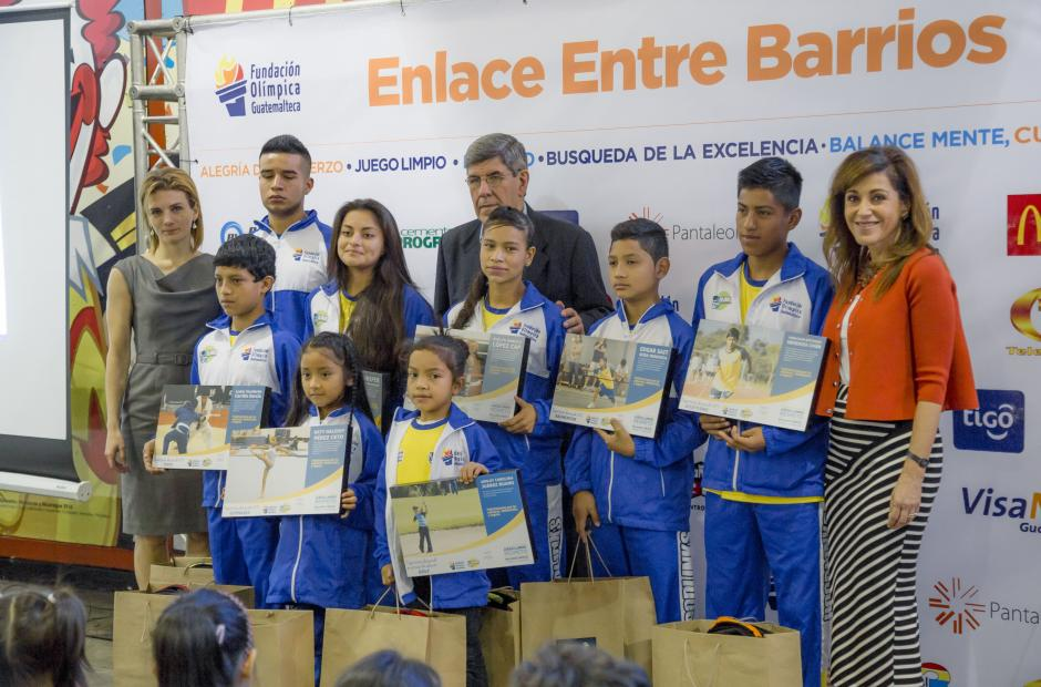 Representantes de McDonald´s junto a niños del proyecto Entre Barrios, mostrando los reconocimientos entregados como parte de la actividad.(Foto: Soy 502)