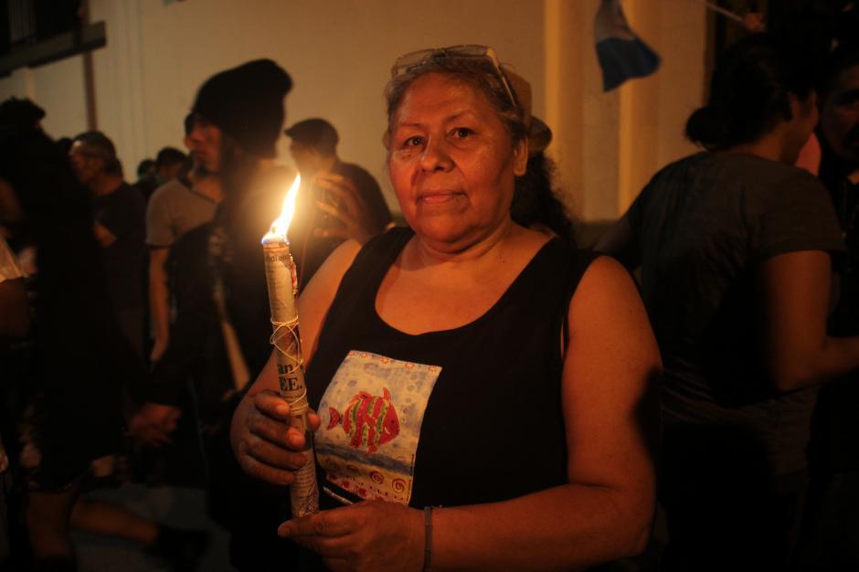 Una señora llegó a las afueras de la Casa Presidencial para apoyar a los manifestantes.(Foto: Alejandro Balán/Soy502)