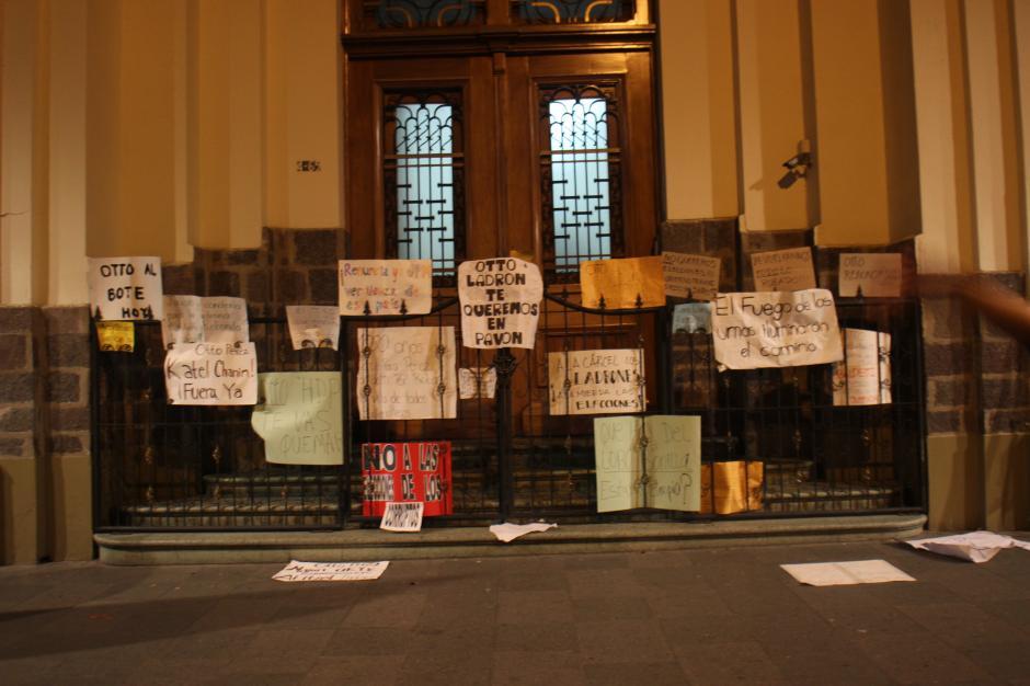 Varias pancartas fueron colocadas y dejadas en las puertas de la vicepresidencia y presidencia sobre la sexta avenida de la zona 1.(Foto: Alejandro Balán/Soy502)