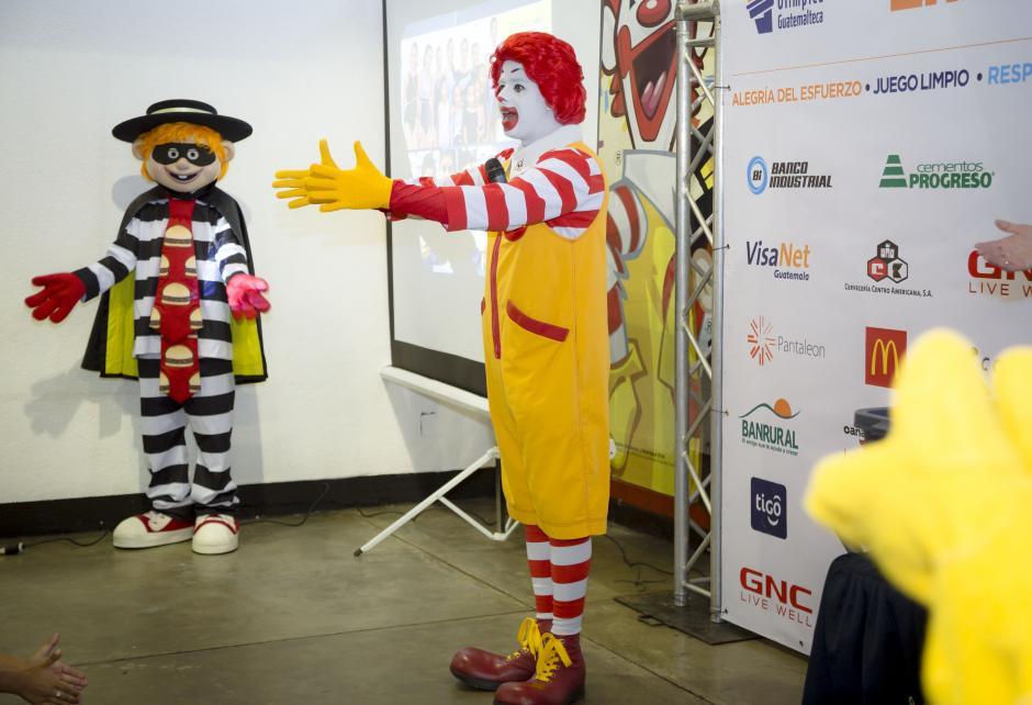 Ronald McDonald hizo que los niños pasaran momentos alegres durante el convivio.(Foto: Soy 502)