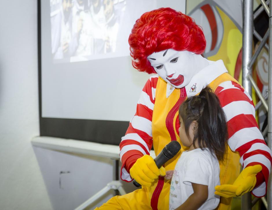 Ronald interactuó con los niños durante el convivio realizado especialmente para ellos.(Foto: Soy 502)