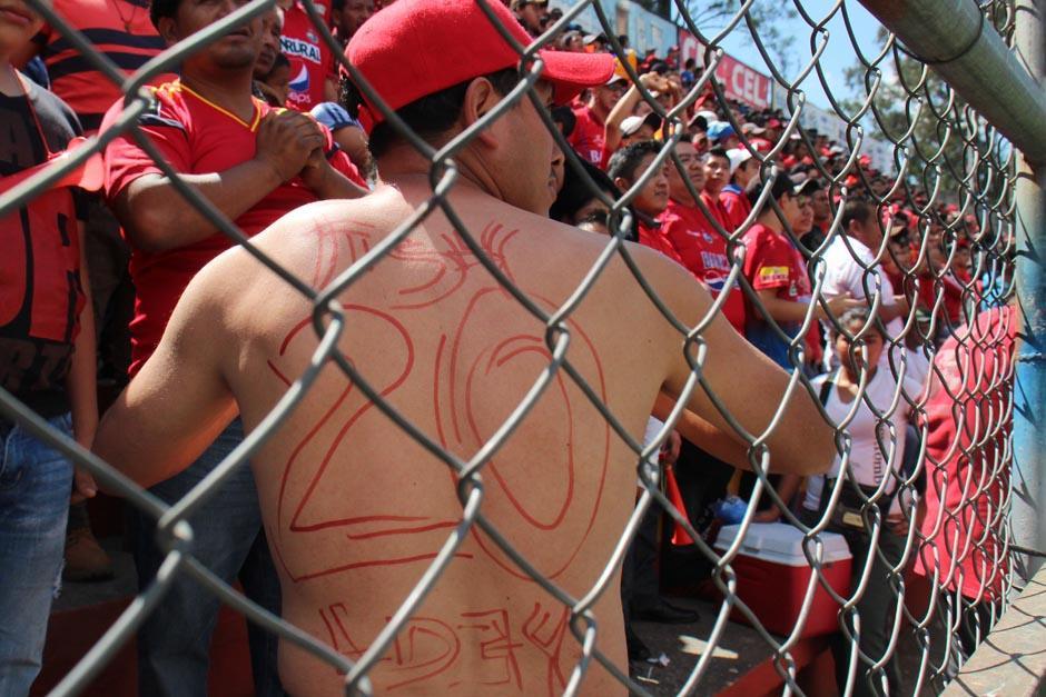 Los aficionados fueron creativos para demostrar su satisfacción por tener a Ruiz de vuelta en Municipal. (Foto: José Dávila/Soy502)