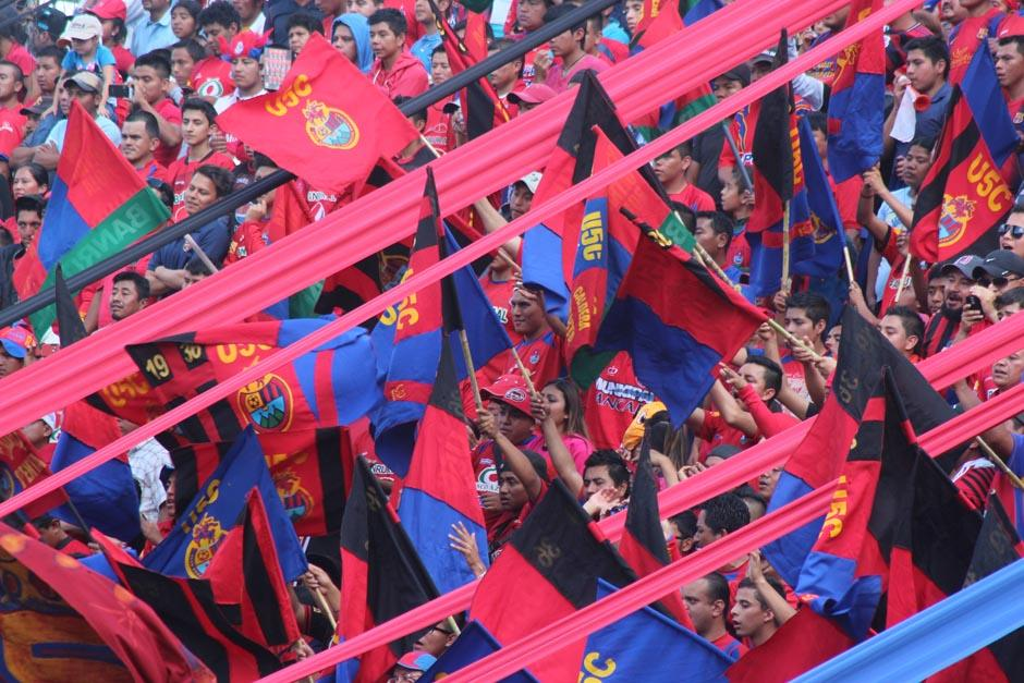 Las porras llenaron de pirotecnia y colorido el estadio