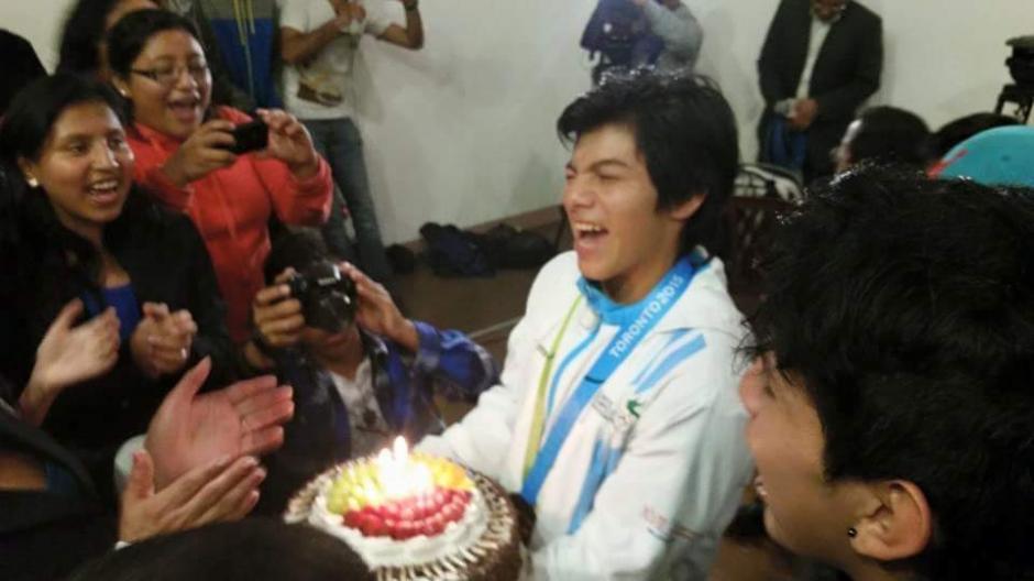 """El """"conejito"""" de Jocotenango volvió a sonreír junto a sus amigos y celebró con mucha alegría el retorno a su hogar.(Foto: Cortesía Los Patojos)"""
