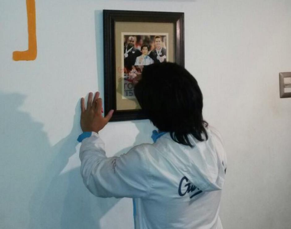 """Jorge Vega firma la fotografía que resalta ahora en """"El Muro del Honor"""" inaugurado en Los Patojos.(Foto: Cortesía Los Patojos)"""