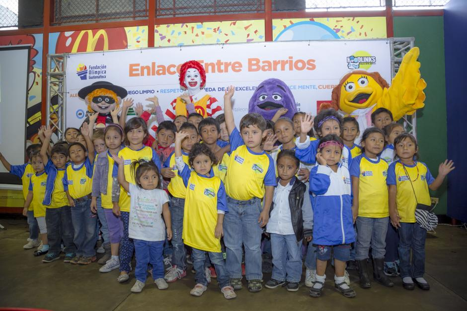 """Niños del proyecto Entre Barrios """"Hoodlinks"""", posan junto a Ronald McDonald. (Foto: Soy 502)"""