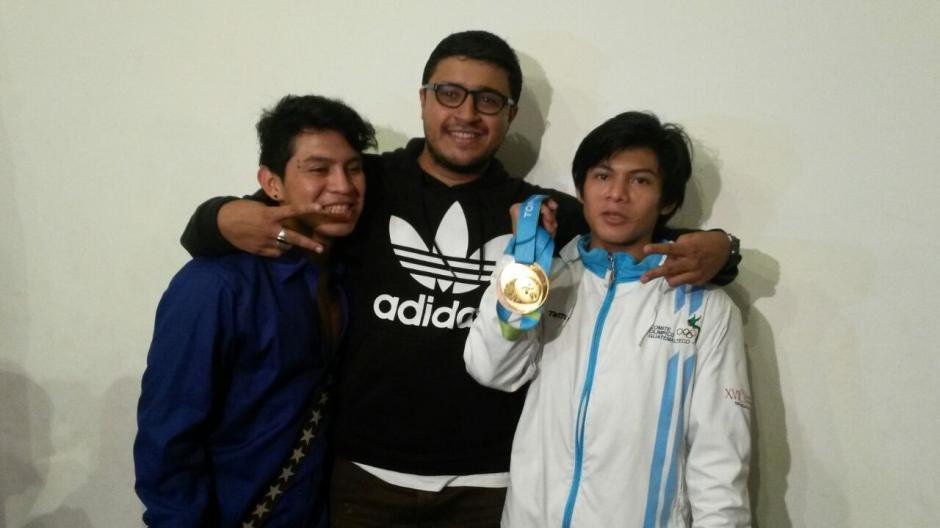 Yoman Vega, Juan Pablo Romero Fuentes y Jorge Vega disfrutaron de la llegada de uno de sus máximos exponentes en el deporte.(Foto: Cortesía Los Patojos)