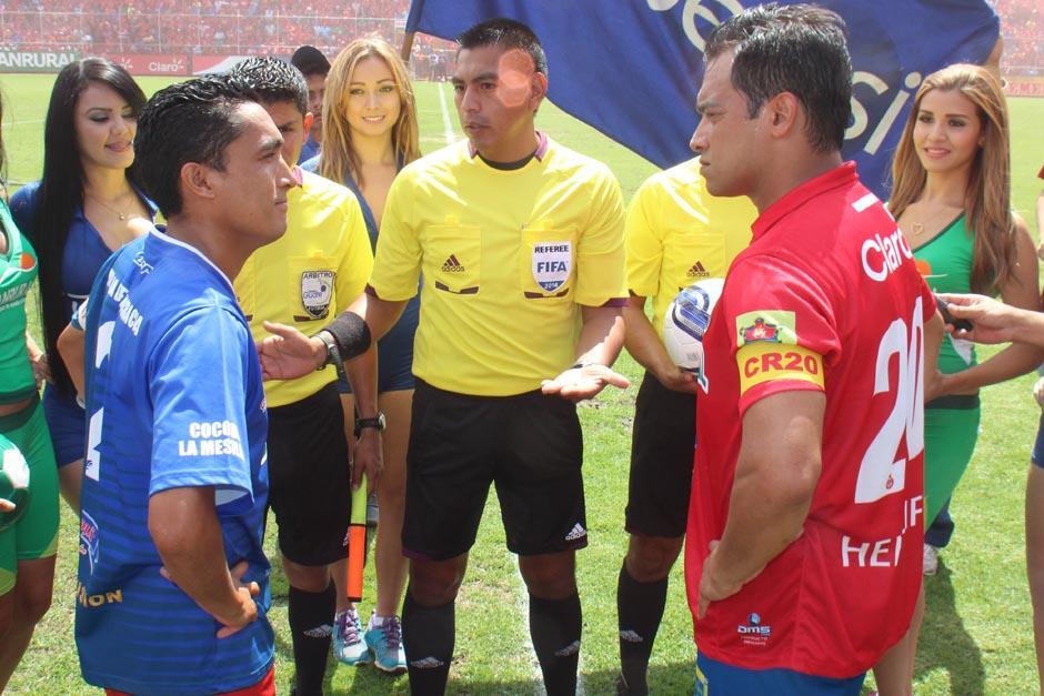El saludo entre capitanes, Ruiz fue quien portó el gafete por parte de los locales
