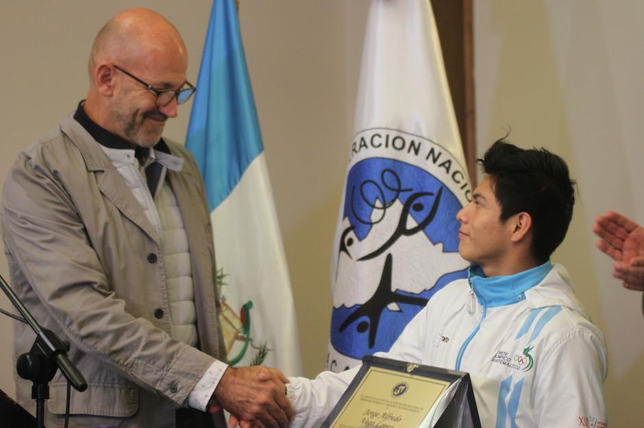 El gimnasta nacional, Jorge Vega López, recibe un reconocimiento tras regresar a Guatemala con tres medallas panamericanas. (Foto: Luis Barrios/Soy502)