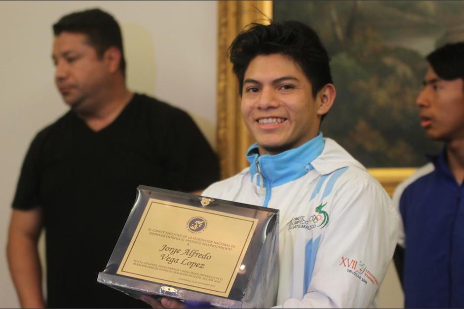 Vega luce orgulloso sus logros en el Panamericano de Gimnasia en Sucre Bolivia. (Foto: Luis Barrios/Soy502)