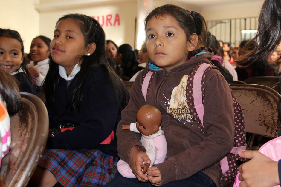 Una pequeña no pudo dejar en casa a su muñeca, quien la acompañó al inicio de clases en el ciclo escolar 2014. (Luis Barrios/Soy502)