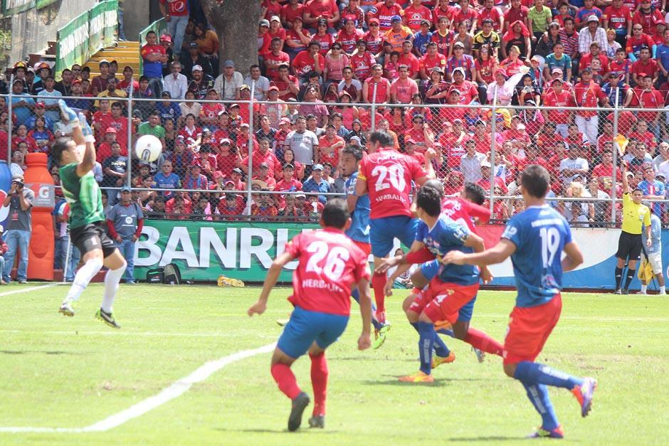 Ramos salvó a Halcones de un cabezazo frontal de Ruiz. (Foto: José Dávila/Soy502)