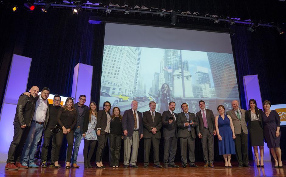 """Los ganadores de la noche, galardonados con el Gran Effie Awards 2015, el Banco Industrial y agencia el Taier DDB, con el caso """"No se olvida de dónde se viene"""". (Foto: George Rojas/Soy502)"""