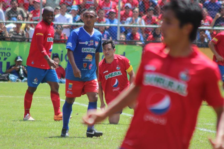 Ruiz tras recibir una falta. (Foto: José Dávila/Soy502)