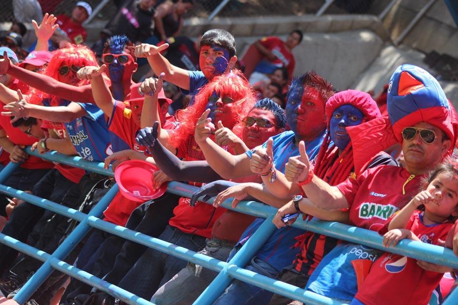 Los aficionados volvieron el juego en una fiesta dentro del estadio. (Foto: José Dávila/Soy502)
