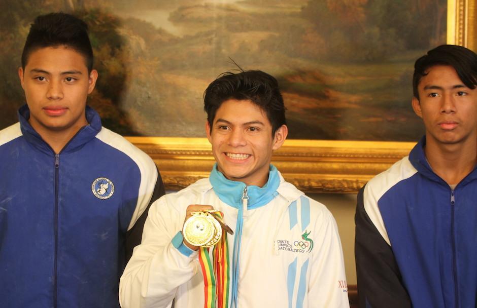 Jorge Vega muestra orgulloso sus medallas obtenidas en el Panamericano de Bolivia. (Foto: Luis Barrios/Soy502)